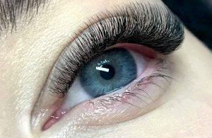 Przedłużanie rzęs metodą objętościową 3D ma bardzo dobre opinie i daje spektakularny efekt na oku